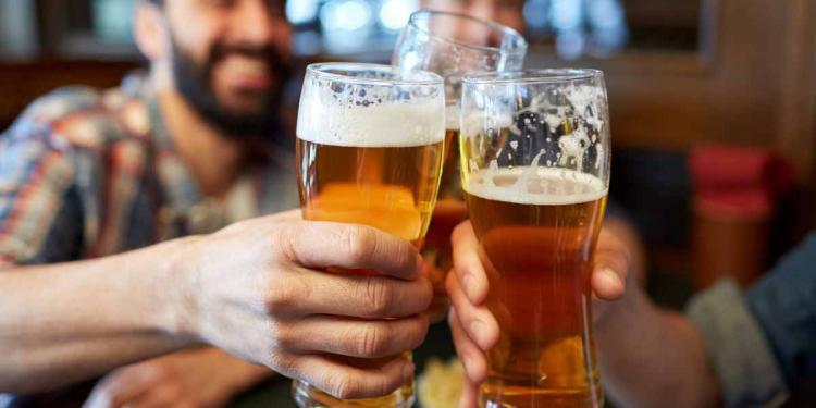"""Bevanda gustosissima e dissetante, la birra spesso ci porta a chiederci: """"ma la birra fa ingrassare?""""."""