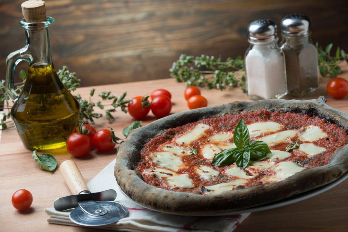 Pizza al carbone vegetale attivo vista dall'alto