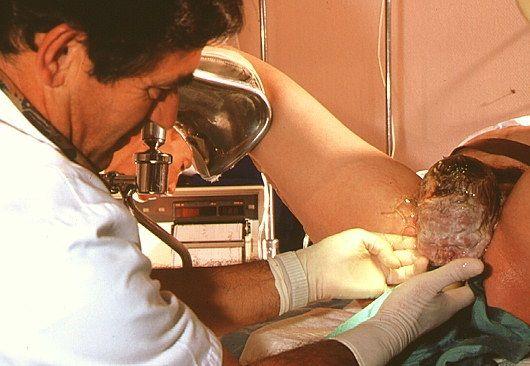 m8100169-woman_giving_birth_in_hospital-spl.630x420