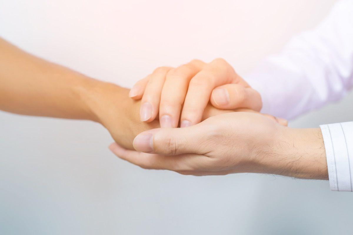 Il dito a scatto è un disturbo dei tendini della mano che determina l'impossibilità di piegare correttamente il dito colpito.