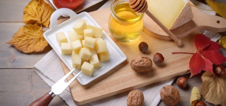 Formaggio, miele d'acacia e frutta