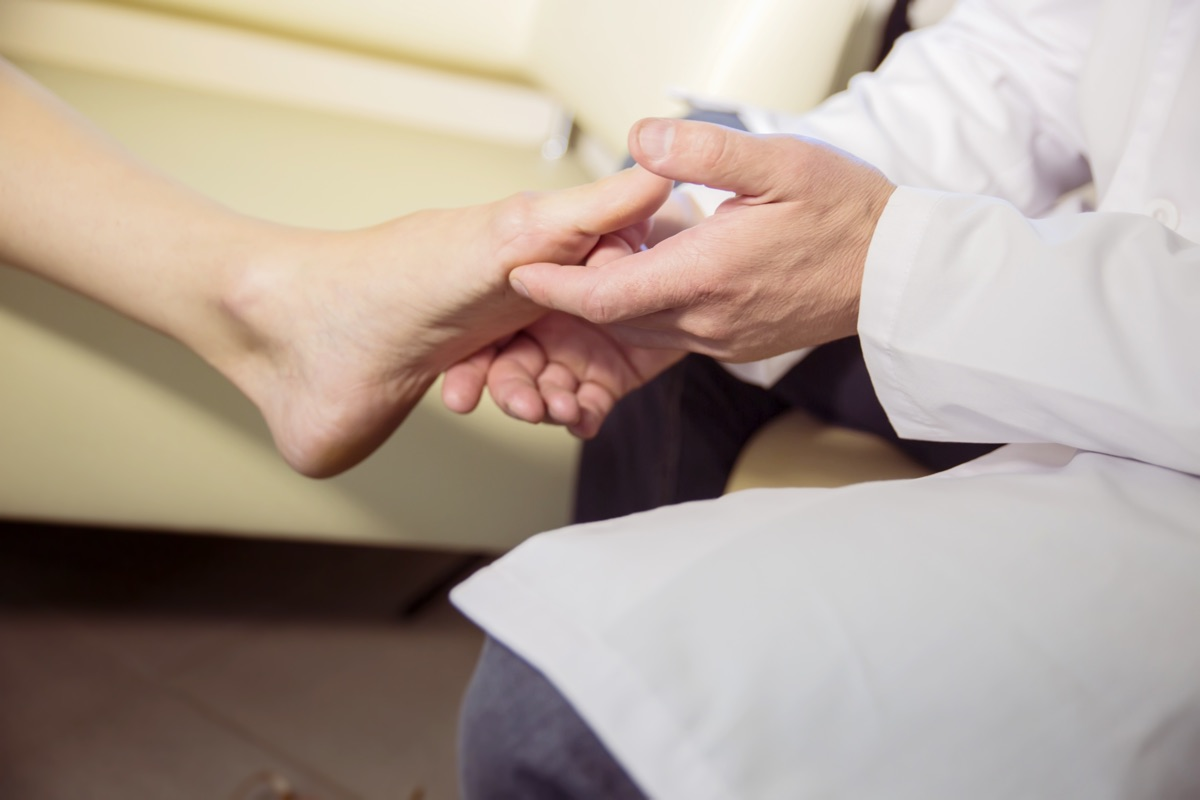 dottore controlla piede