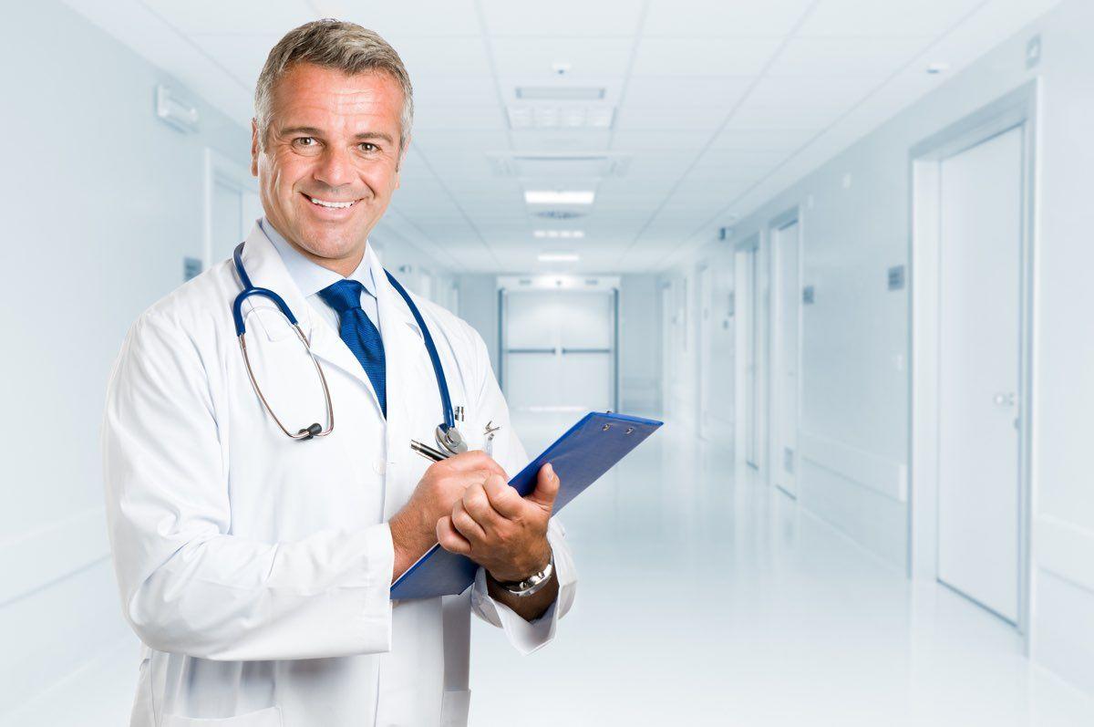 dottore e diagnosi del ginocchio gonfio