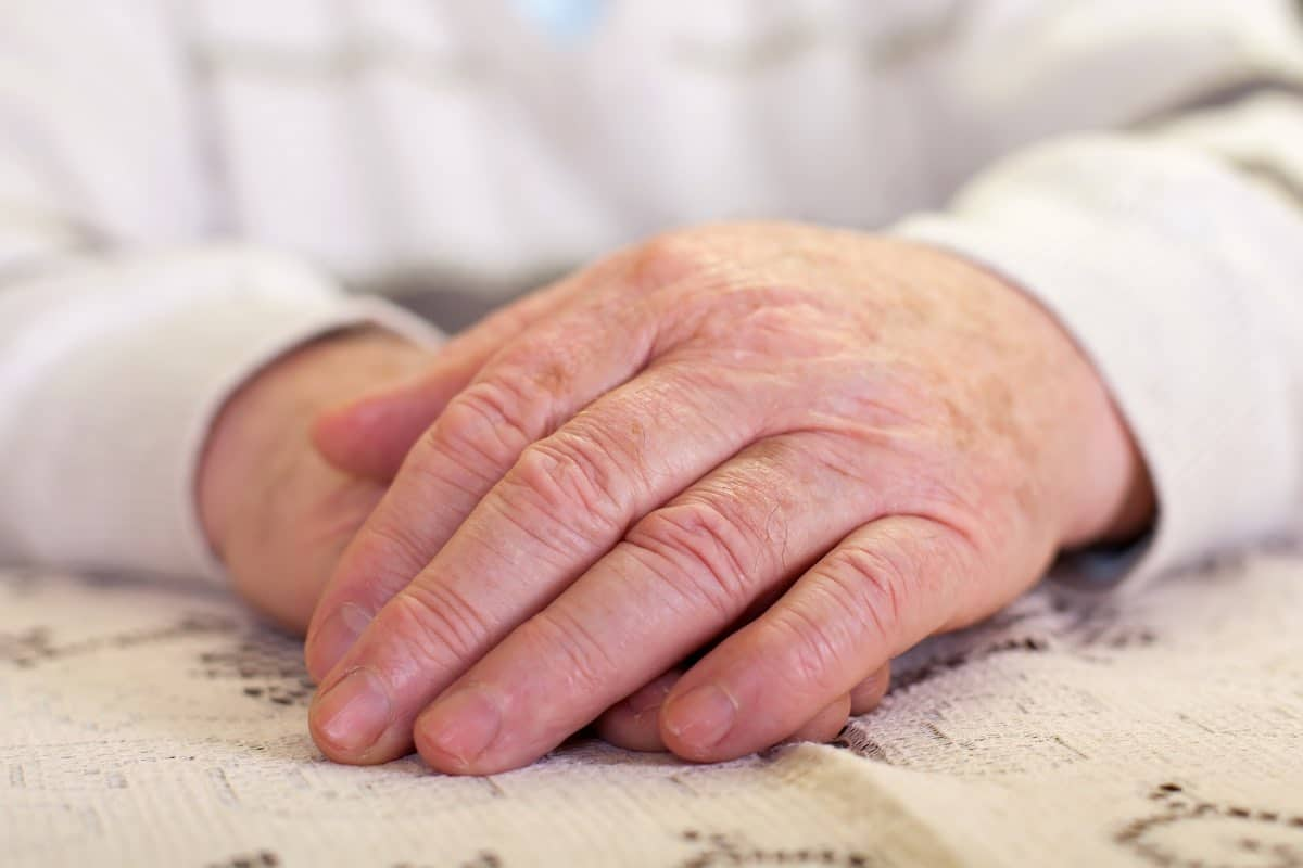 mani gonfie negli anziani