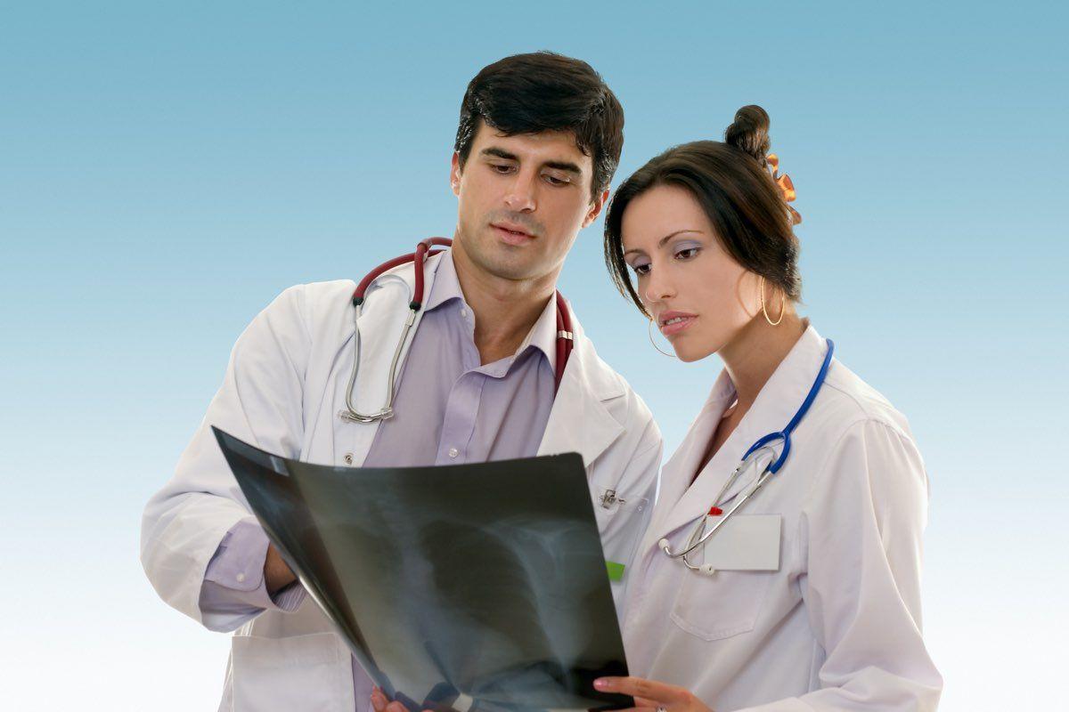dottori controllano radiografia delle costole
