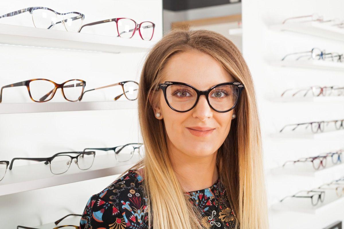 Come viene trattato l'astigmatismo