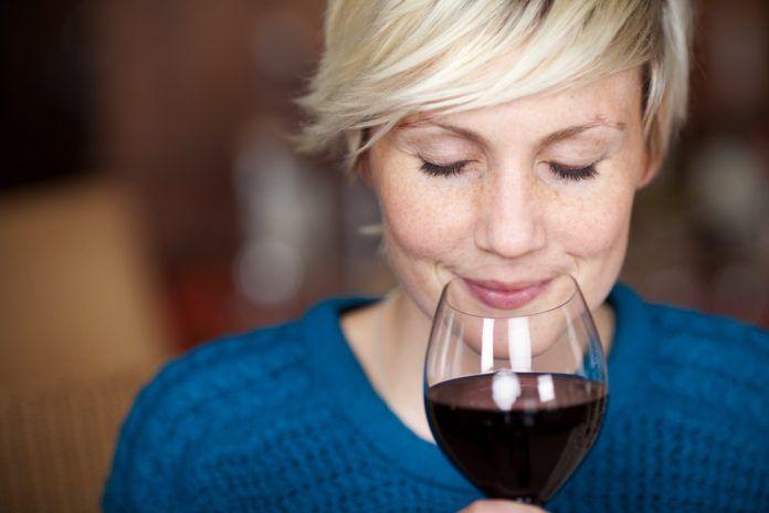 bere un bicchiere di vino