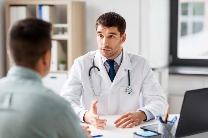 medico con paziente giovane