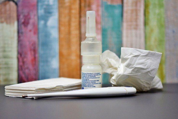 Fazzoletti e spray nasale