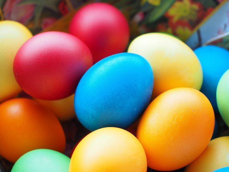 Uova di Pasqua fai da te senza stampo colorate