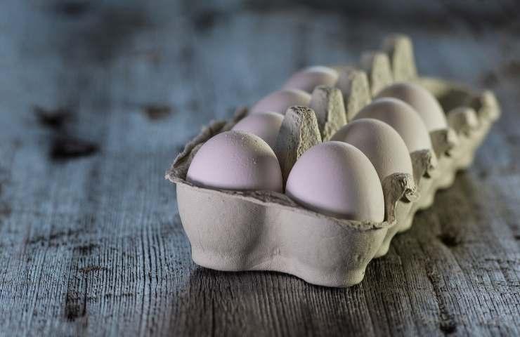Uova del supermercato frigorifero