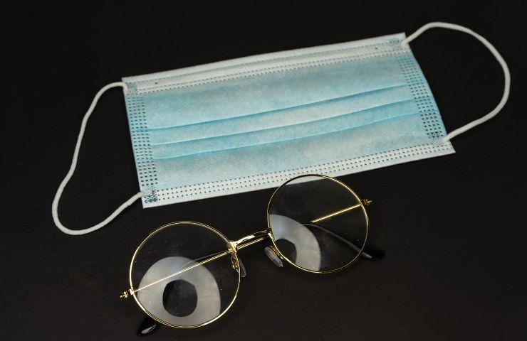 occhiali e mascherina
