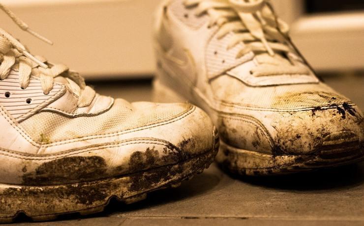 scarpe sporcano pavimento