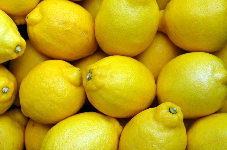 fette di limone sul comodino