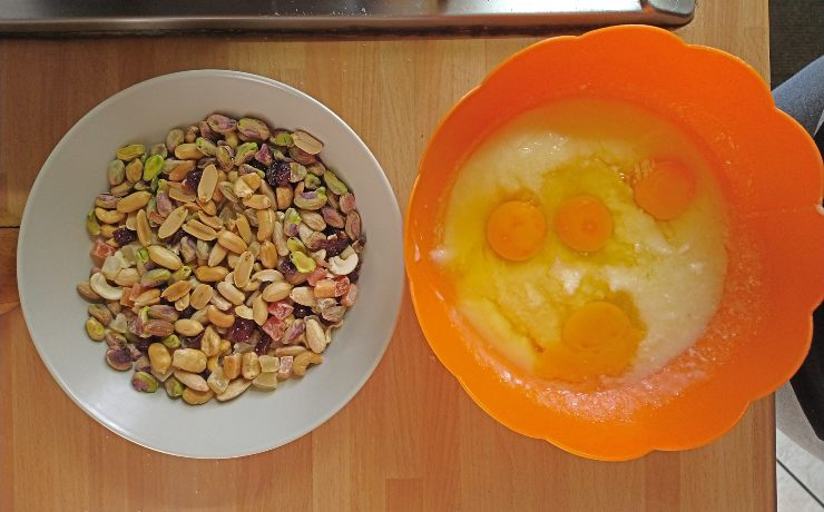 mix di frutta e uova
