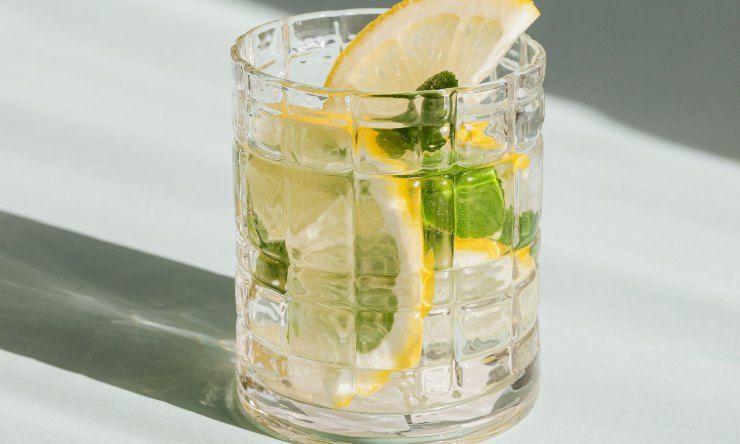 acqua e limone in bicchiere