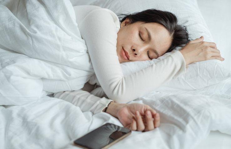 Dormire sul fianco fa male?