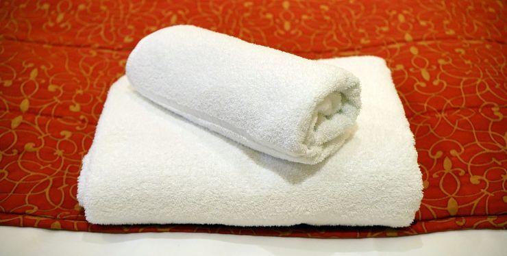 asciugamano sul viso