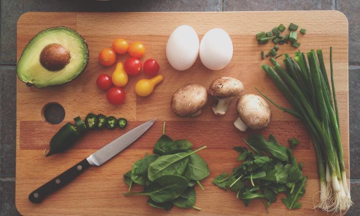 tagliere con verdura e frutta
