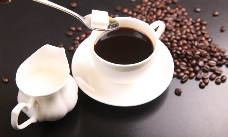 mangiare lo zucchero nel caffè