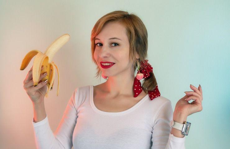 donna mangia banana