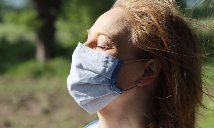 Donna con mascherina in tessuto