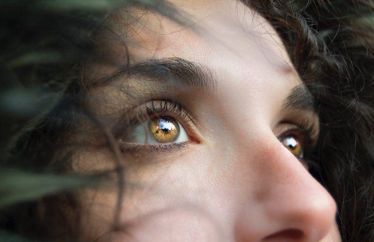 Ragazza dagli occhi brillanti