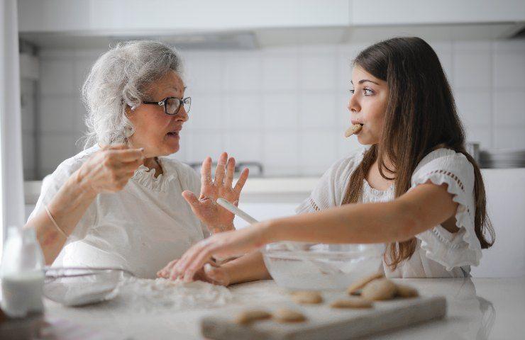 Ragazza e nonna preparano un dolce insieme