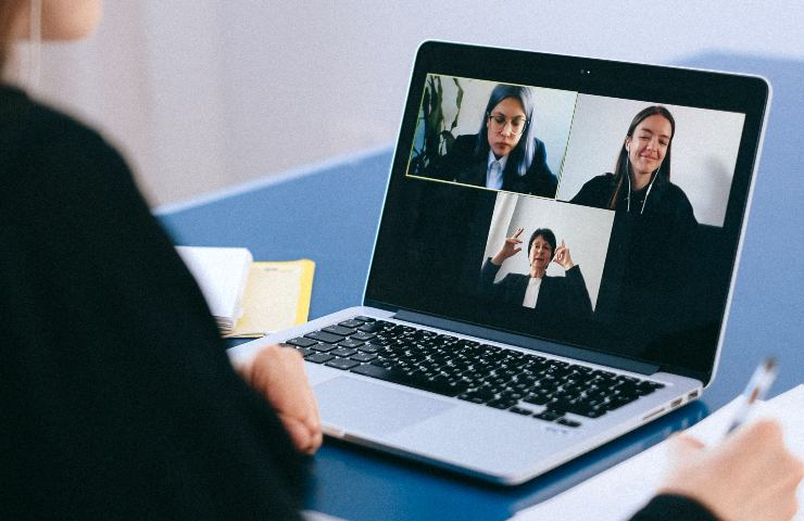 Perché durante le video call guardiamo più noi stessi che gli altri?