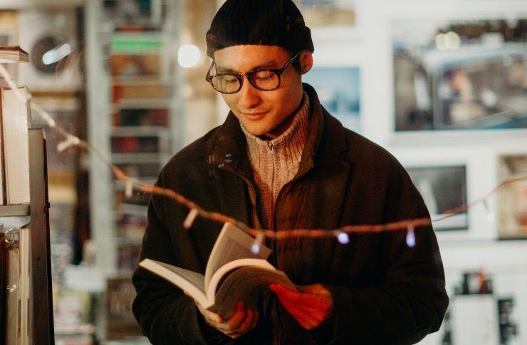 Ragazzo asiatico legge un libro