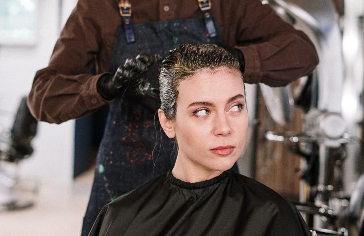 ragazza si fa tingere i capelli dalla parrucchiera
