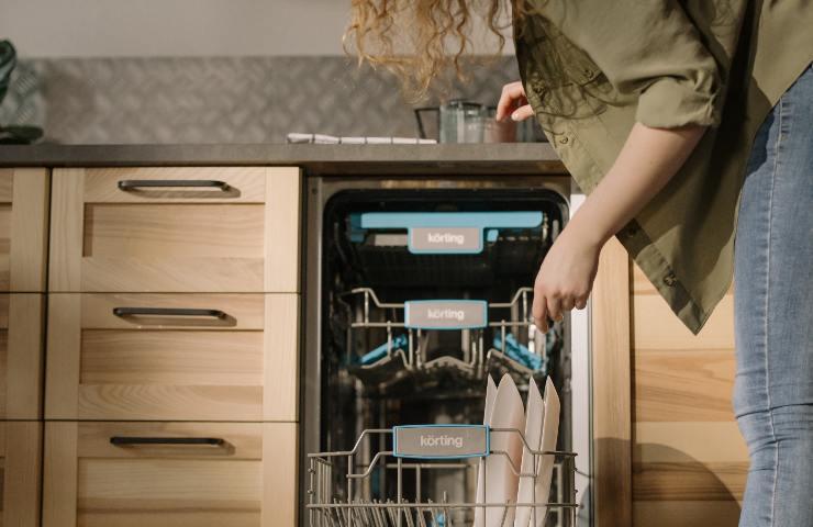 donna carica lavastoviglie