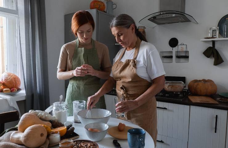 Nonna e nipote cucinano un dolce