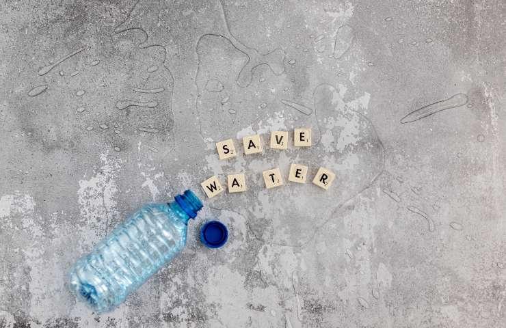 Bottiglia d'acqua svuotata per terra