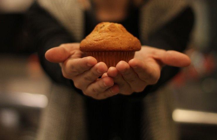 Muffin sulle mani di una persona