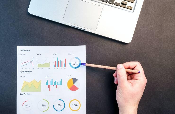 Analisi dati e diagrammi su un foglio