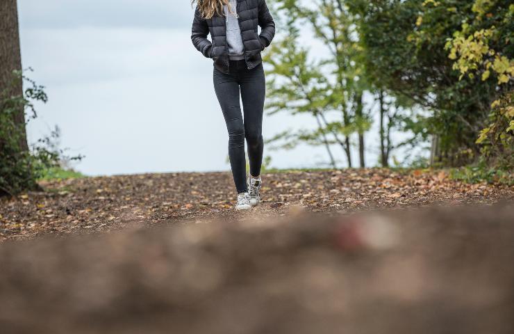 Donna cammina in un bosco