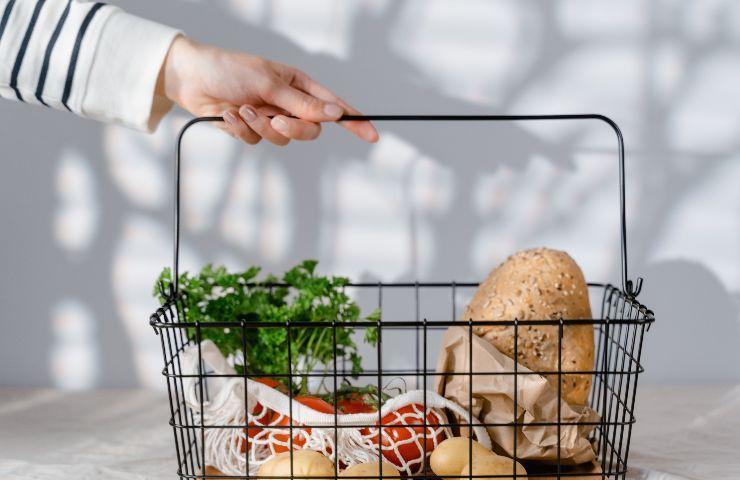 Carrello della spesa con verdure dentro