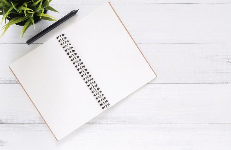 Agenda per segnare impegni e penna