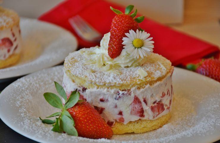 Dessert con crema sfoglia e fragole