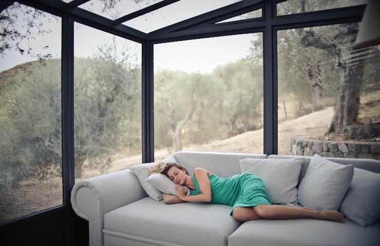 ragazza dorme sul divano