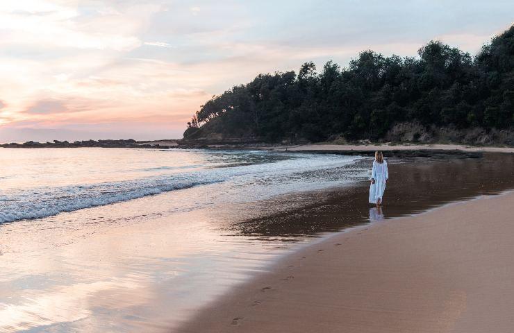 ragazza cammina in spiaggia