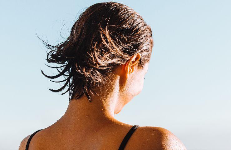 uscire con i capelli bagnati fa male?