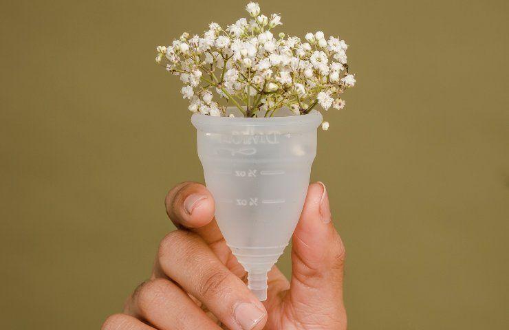 coppetta mestruale con fiori dentro