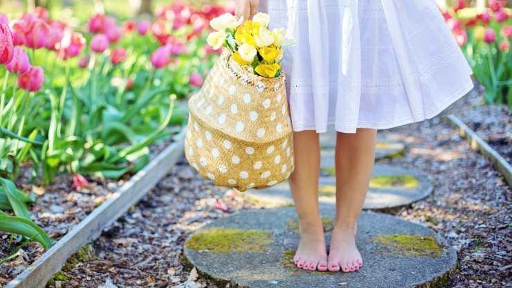 camminare piedi nudi salutare