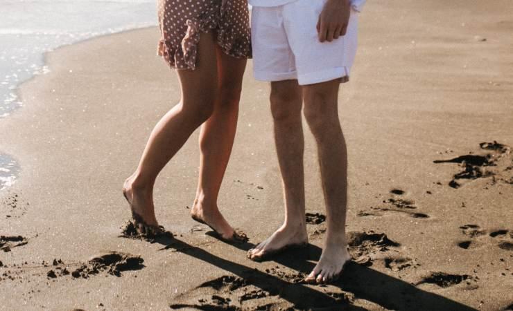 piedi nudi spiaggia