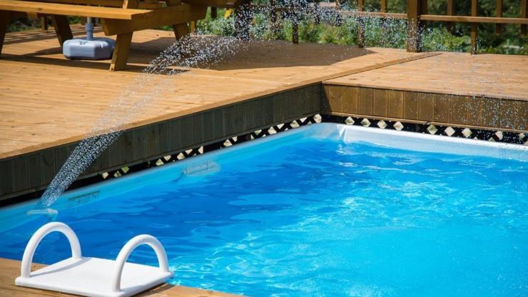 piscina giardino estate