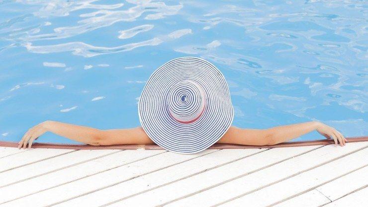 donna in piscina estate