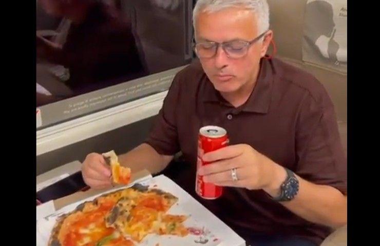 Mourinho mangia la pizza in treno