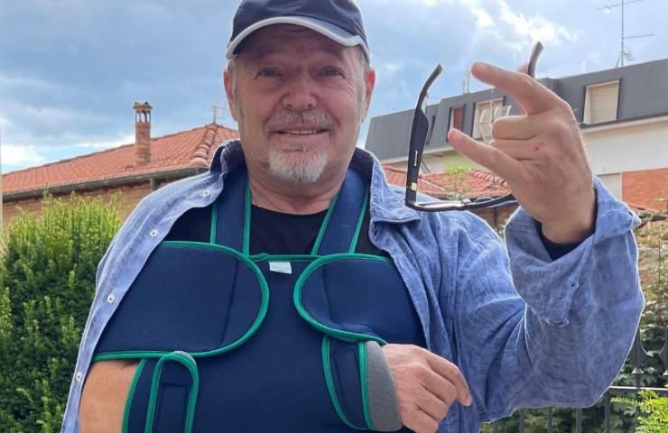Vasco Rossi col braccio immobilizzato